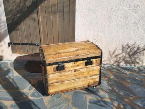 Malle ancienne bombée restaurée avec panier intérieur. Vue de face. Corse. La Malle au Coton