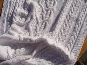 Couverture pour couffin de bébé, tricot irlandais, 100% coton. fait main, pièce unique, création originale La Malle au Coton. K3