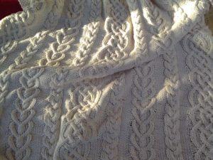 Plaid irlandais, 100% coton recyclé, tricoté main. Pièce unique, création originale La Malle au Coton. Travail artisanal. A9