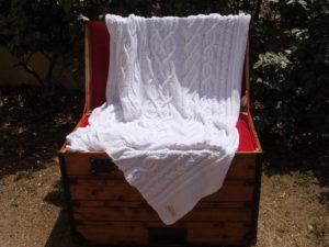Malle corse ancienne restaurée. Plaid irlandais blanc, 100% coton, blanc, tricoté main. Pièce unique. Création originale La Malle au Coton. M1